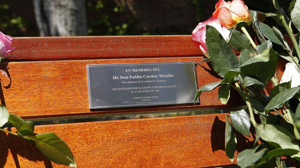 Foto: Detalle de la placa conmemorativa en el lugar aproximado en el que fue secuestrado el empresario Publio Cordón. (EFE)
