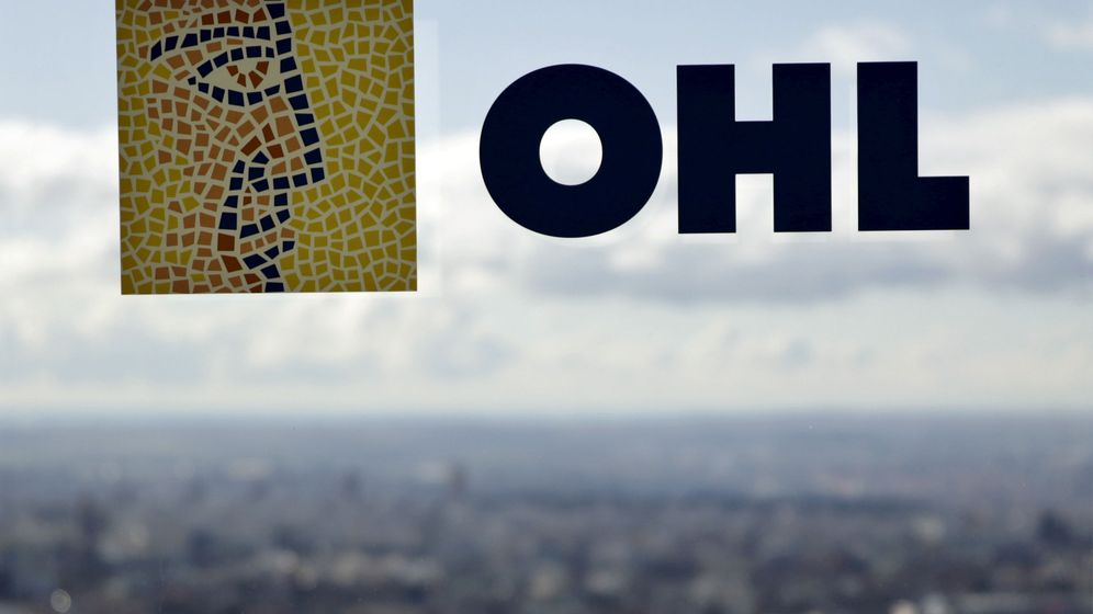 Foto: El logo de OHL en una ventana de la Torre Espacio de Madrid (Reuters)