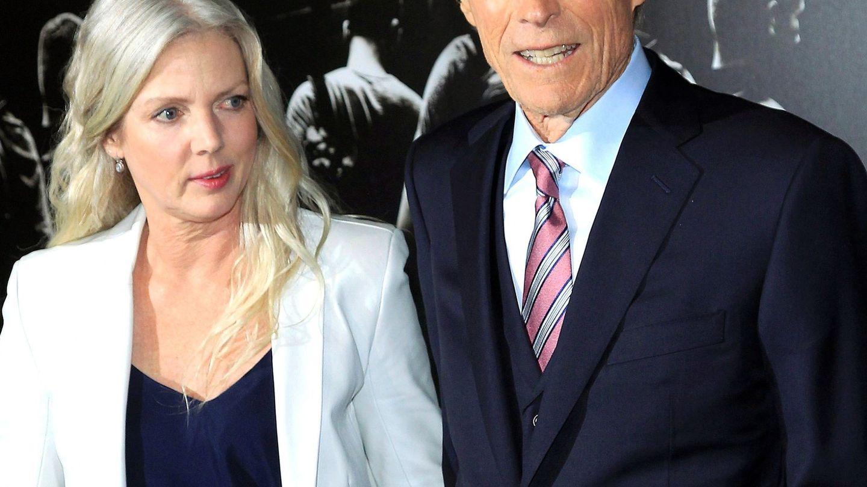 Clint Eastwood posa con Christina Sandera en enero de 2018. (EFE)