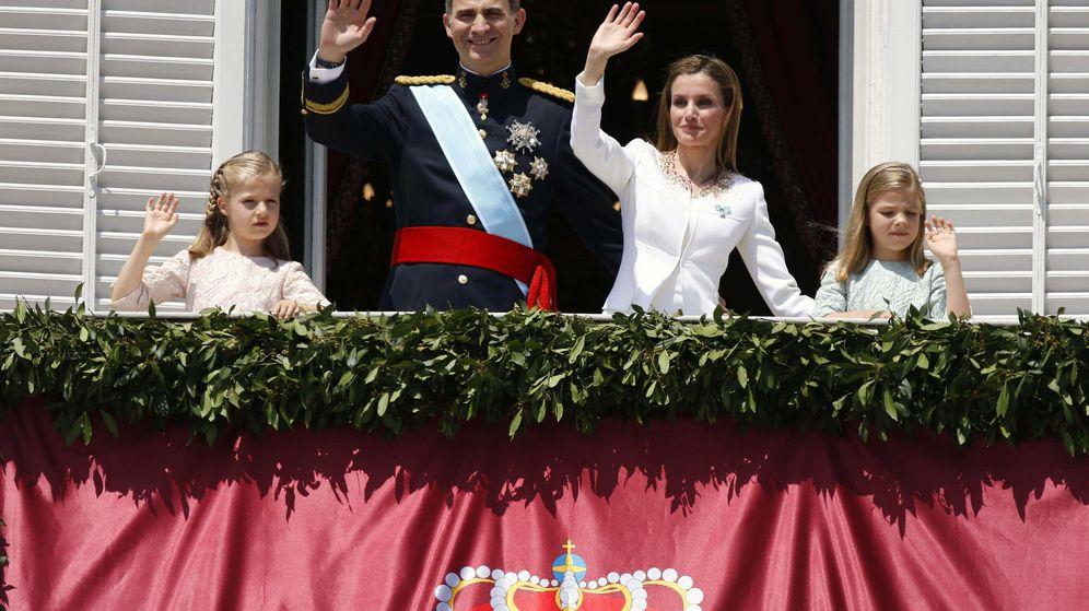 Foto: Felipe VI, doña Letizia y sus hijas el día de la proclamación el año pasado (Efe)