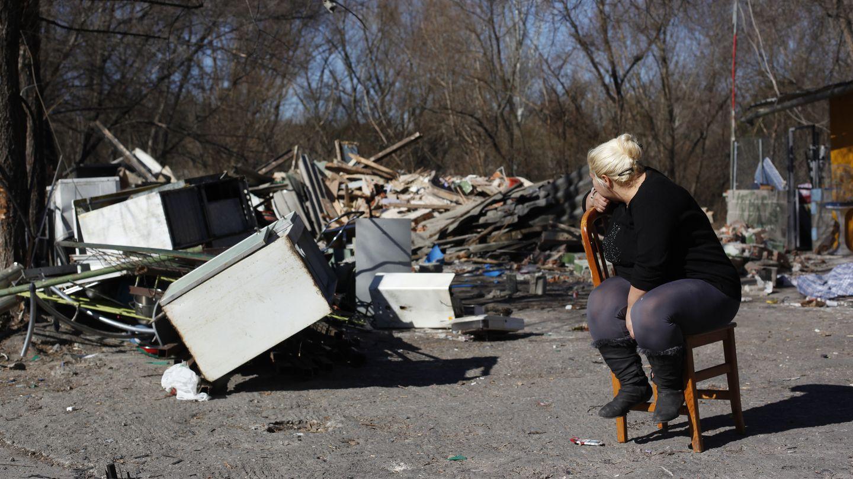 Covadonga Jiménez mira lo que queda de su casa tras su demolición. (Reuters)