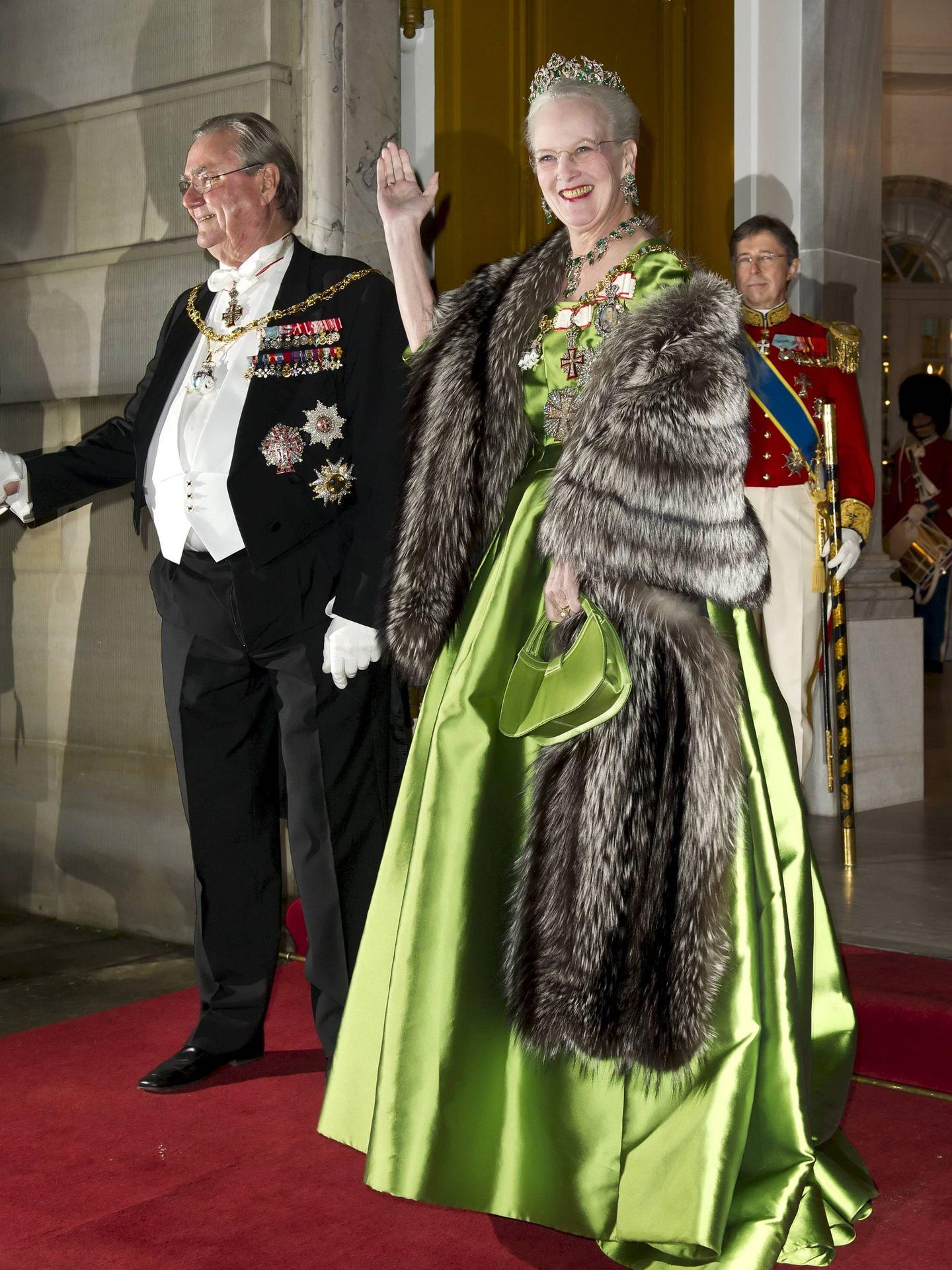 La reina Margarita y el príncipe Henrik, en la gala de Año Nuevo de 2001. (Cordon Press)