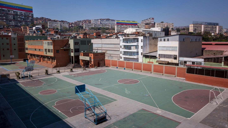 Los patios de los colegios se quedaron vacíos en Venezuela (EFE/Miguel Gutiérrez)
