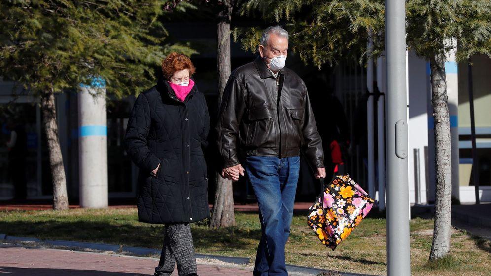 Foto: Una pareja con mascarillas vista en el exterior del Hospital Universitario de la localidad madrileña de Torrejón de Ardoz (EFE)