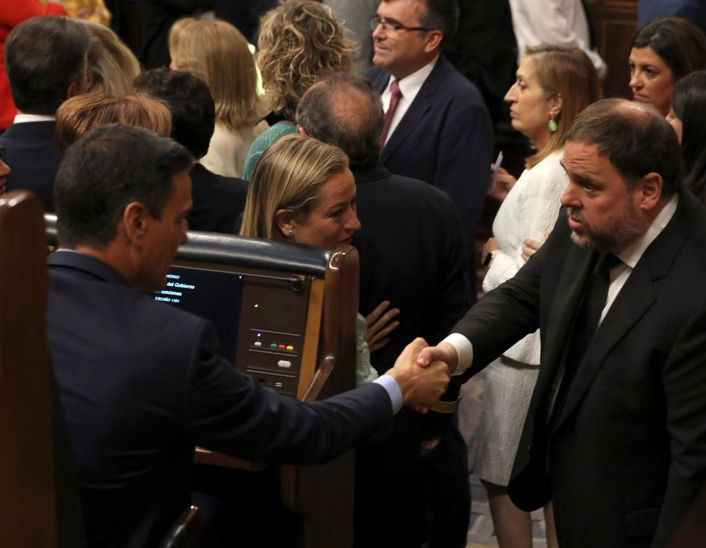 Foto: Pedro Sánchez saluda al presidente de ERC, Oriol Junqueras, en la sesión constitutiva del Congreso de la XIII Legislatura, el pasado 21 de mayo. (EFE)
