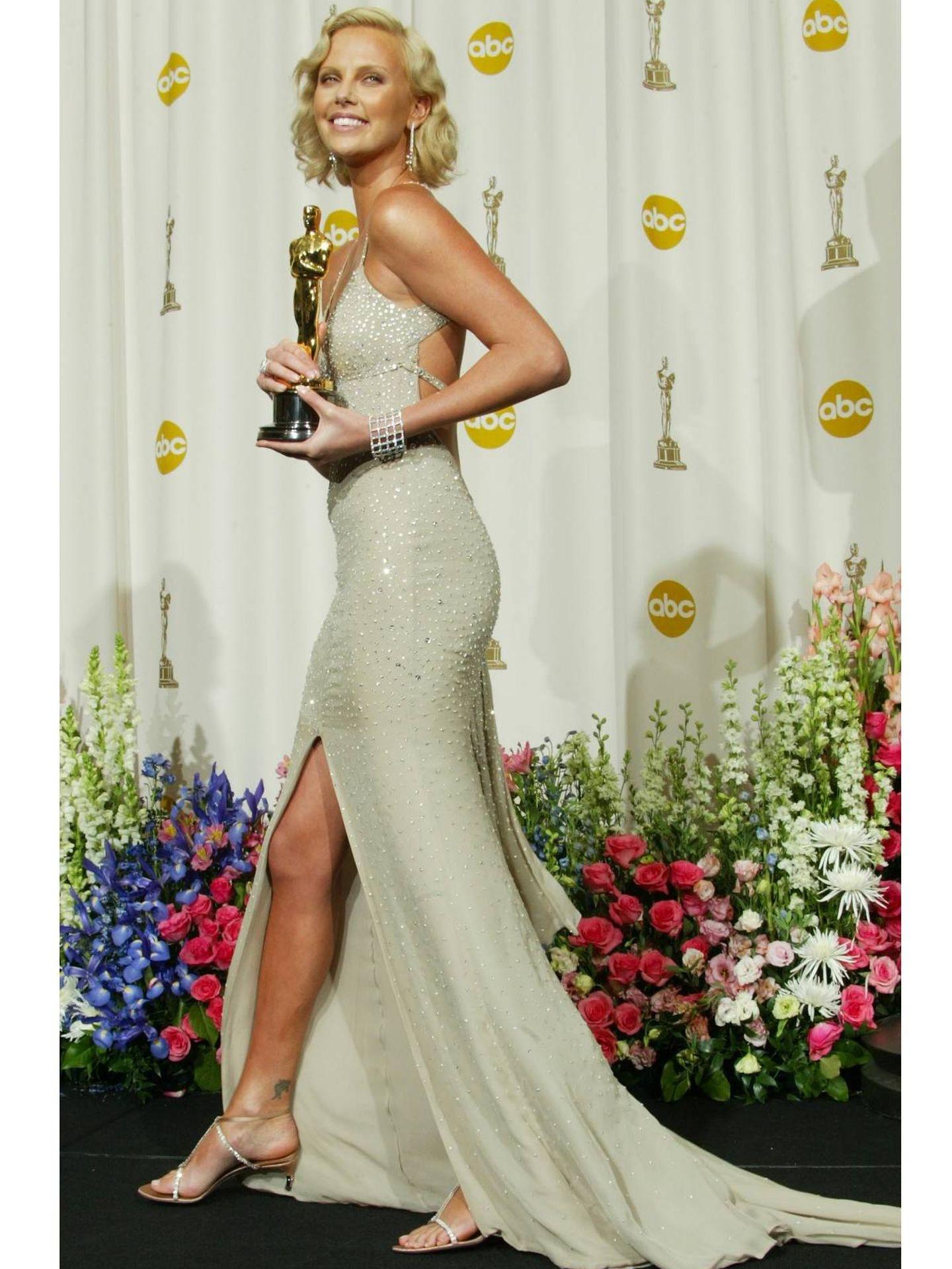 Charlize Theron, en los Oscar de 2004 de Gucci. (Getty)