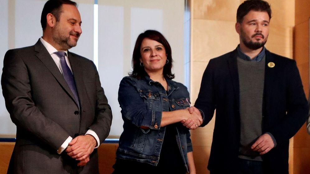 Foto: El secretario de Organización del PSOE, José Luis Ábalos, junto a la portavoz parlamentaria socialista, Adriana Lastra, y el portavoz de ERC en el Congreso, Gabriel Rufián. (EFE)