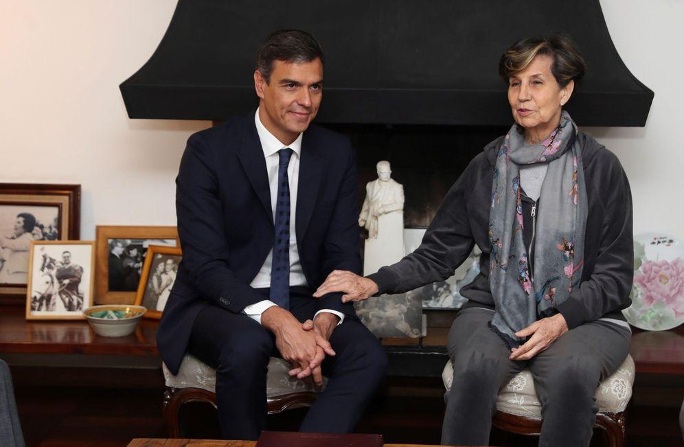 Foto: Pedro Sánchez conversa con la senadora Isabel Allende, hija del fallecido presidente, este 28 de agosto en Santiago de Chile. (EFE)