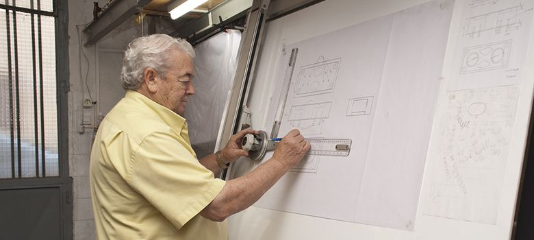 Foto: Andrés Villamarín Mora, en la cochera donde concibió su ladrillo antisísmico
