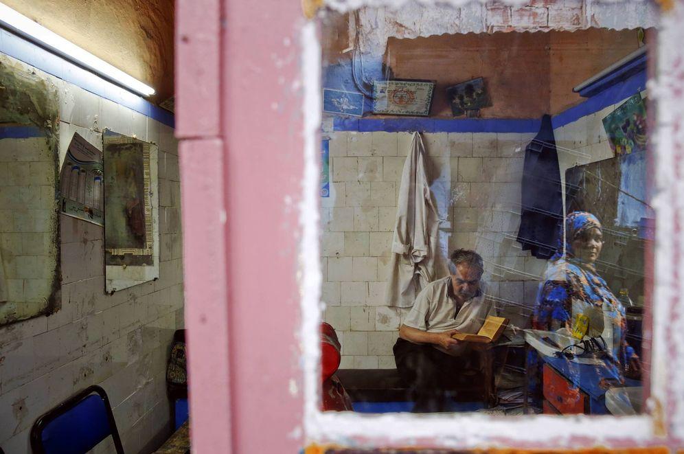 Foto: Una mujer marroquí reflejada en el espejo de una barbería en la Medina de Rabat. (Reuters)