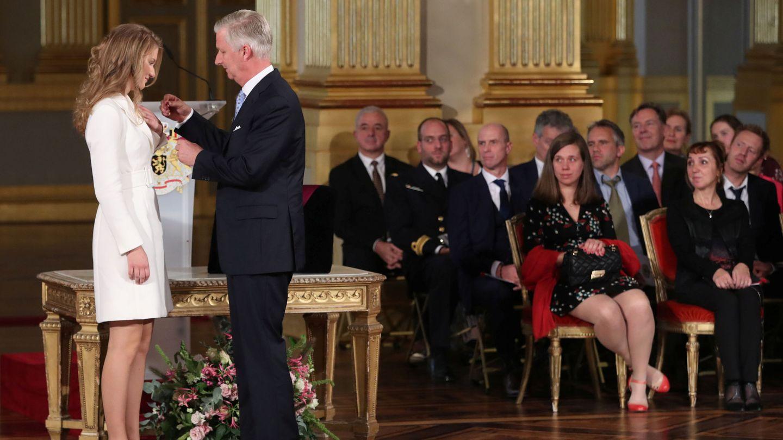 El rey le impone a su hija la orden de Leopoldo. (Reuters)