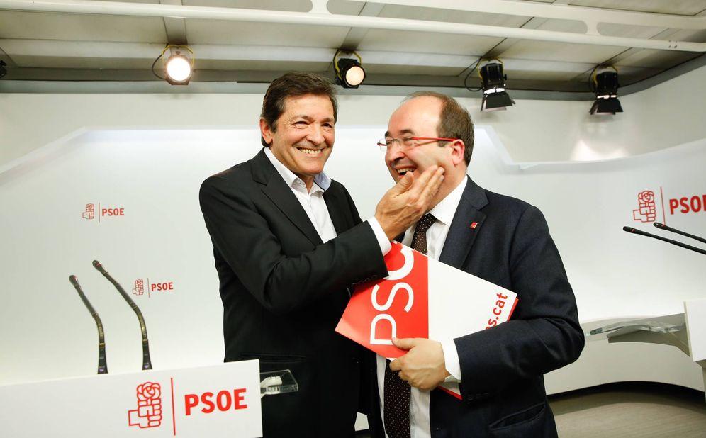 Foto: Javier Fernández hace un gesto de cariño a Miquel Iceta tras su rueda de prensa conjunta en Ferraz, este 7 de marzo. (Inma Mesa / PSOE)
