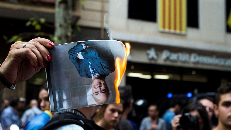 Quema de un retrato de Llarena en Barcelona. (EFE)