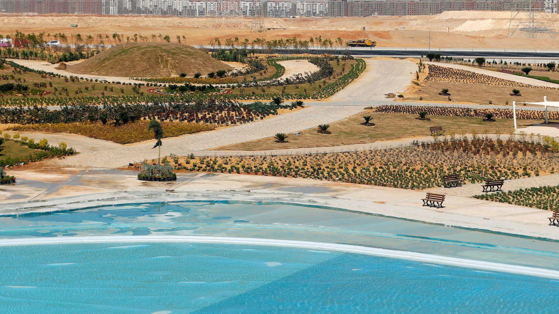 Uno de los lagos artificiales construidos en la nueva urbe egipcia. (Reuters)