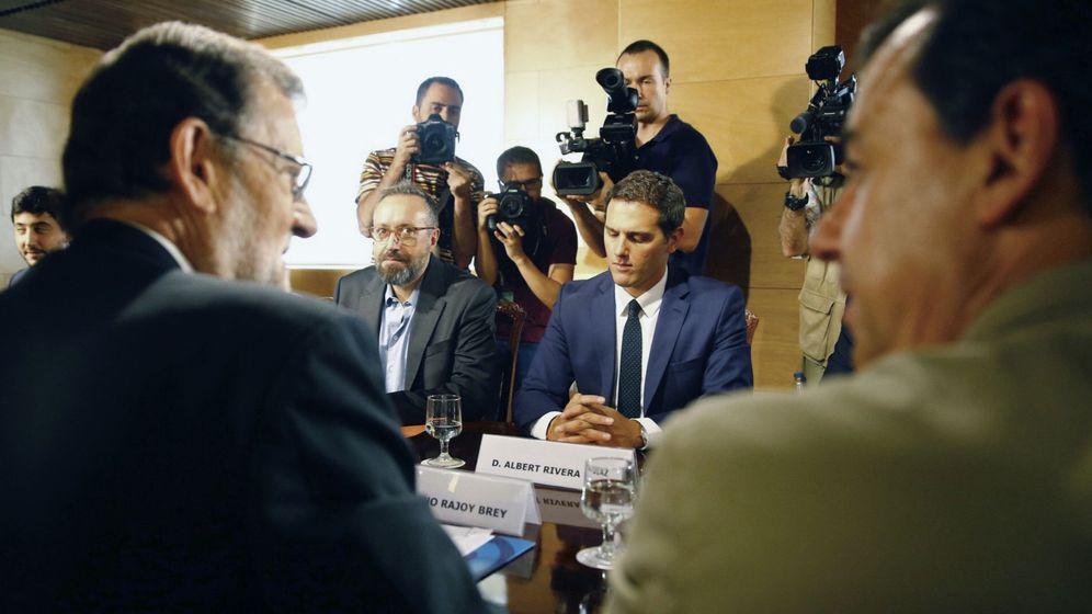 Foto: El presidente del PP y del Gobierno en funciones, Mariano Rajoy (i), y el de Ciudadanos, Albert Rivera (d, de frente). (EFE)