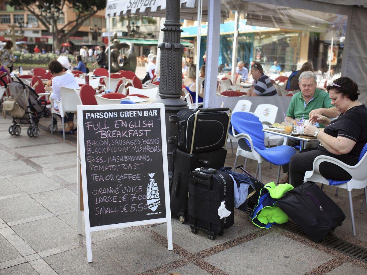 Foto: La terraza de un bar de la localidad malagueña de Torremolinos. (EFE)