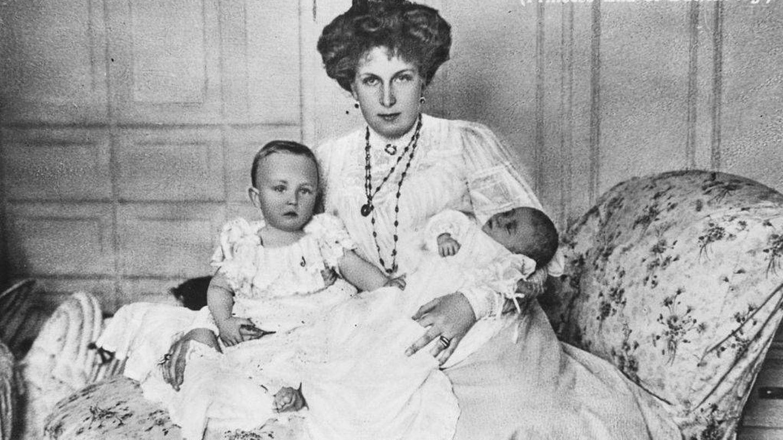 La reina Victoria Eugenia con sus hijos, Alfonso y Jaime. (Getty)
