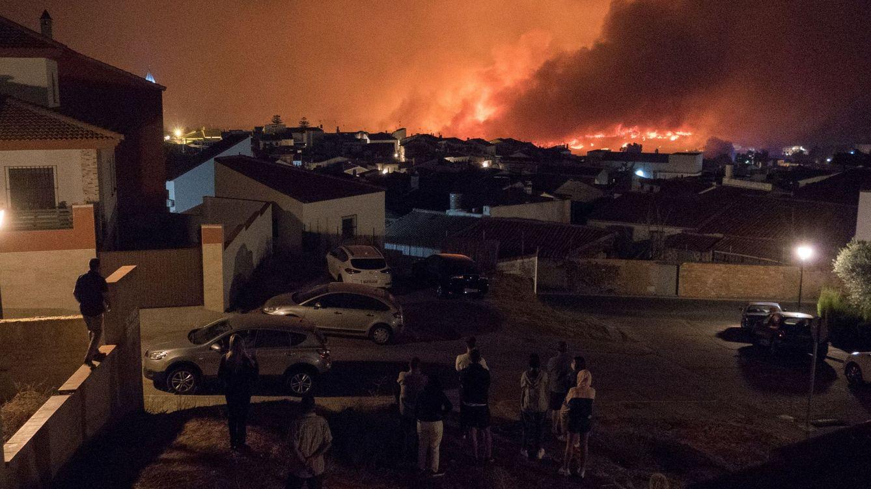 Unos 200 efectivos siguen luchando contra el incendio de Almonaster durante la noche