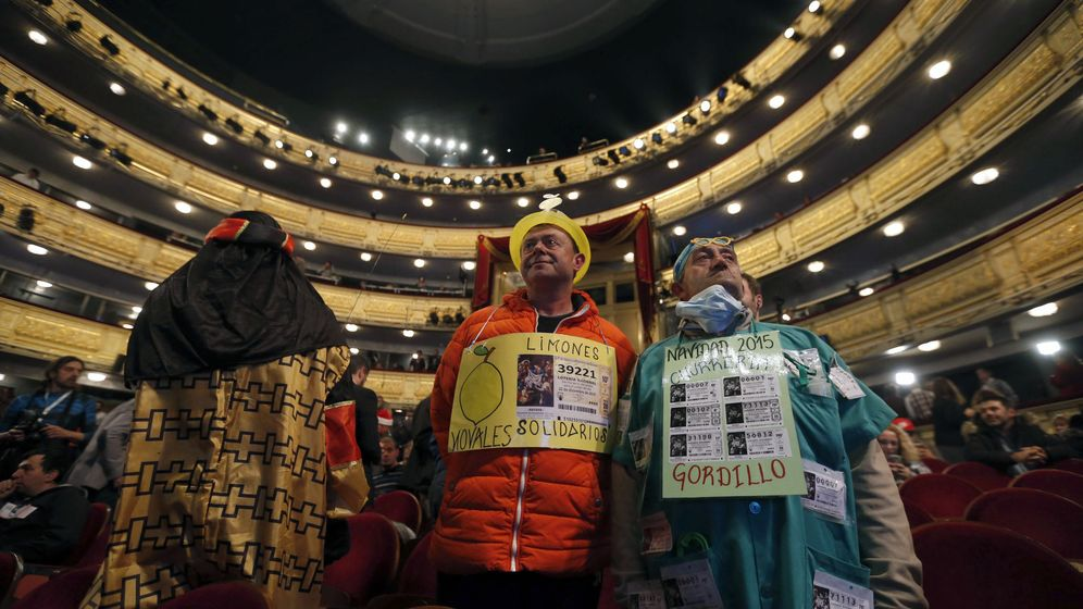 Foto: Algunas personas disfrazadas en el interior del Teatro Real donde se celebra el sorteo. (Efe)
