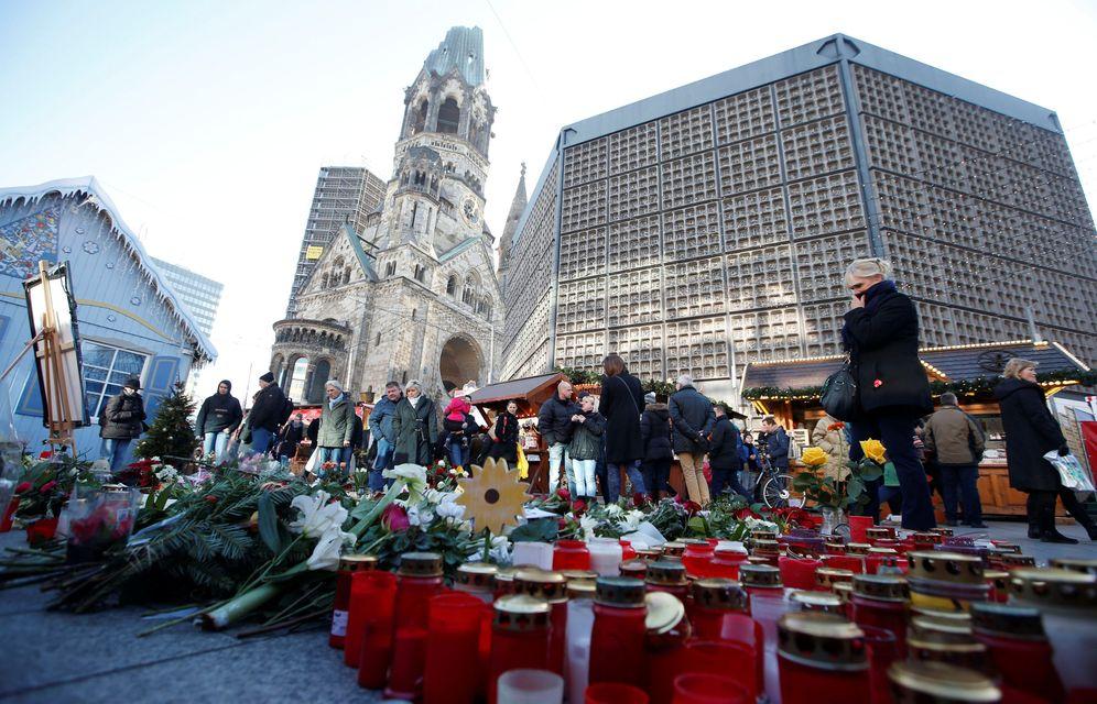 Foto: Flores y velas en el escenario del ataque contra un mercadillo navideño de la plaza Breitscheid, en Berlín, el 30 de diciembre de 2016 (Reuters).