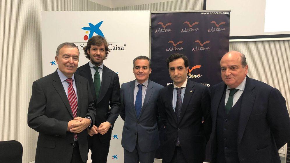 Foto: Rosauro Varo (segundo por la izquierda), con directivos de Adacem y CaixaBank en Sevilla. (Adacem)