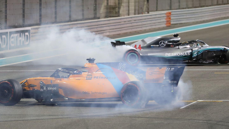 Fernando Alonso y Lewis Hamilton después de la última carrera de 2018. (Reuters)