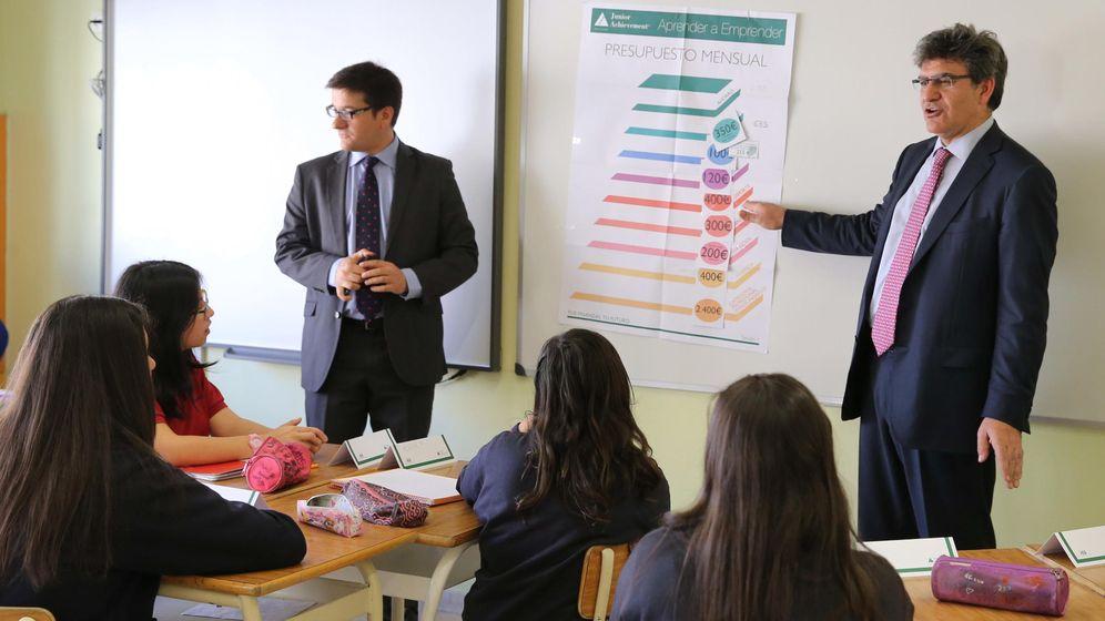 Foto: Los grandes banqueros de este país, entre ellos el consejero delegado del BBVA, Ángel Cano, regresaron por un día a un instituto para impulsar la educación financiera entre los jóvenes.  (EFE)