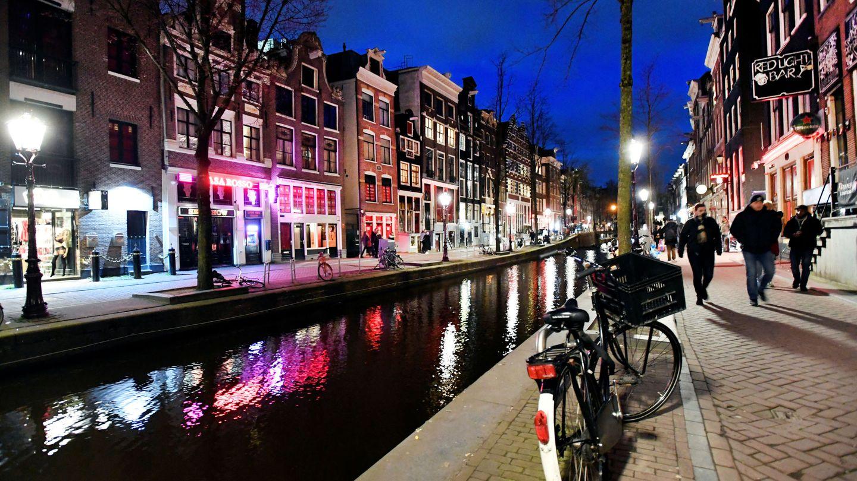 Una calle en Amsterdam, donde se han decidido cerrar algunos negocios por el coronavirus. (Reuters)