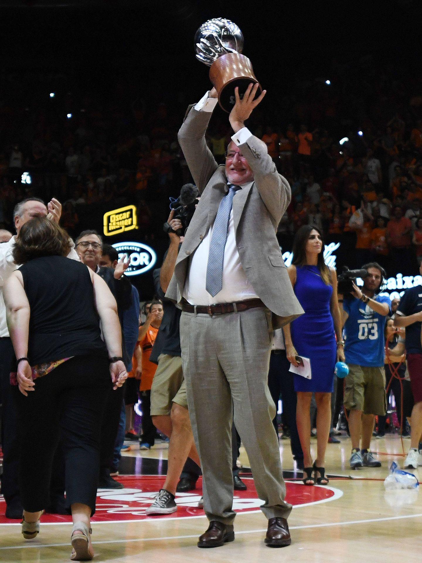 Juan Roig levanta el título de la ACB tras la victoria del Valencia en el cuarto partido de la final. (ACB Photo)