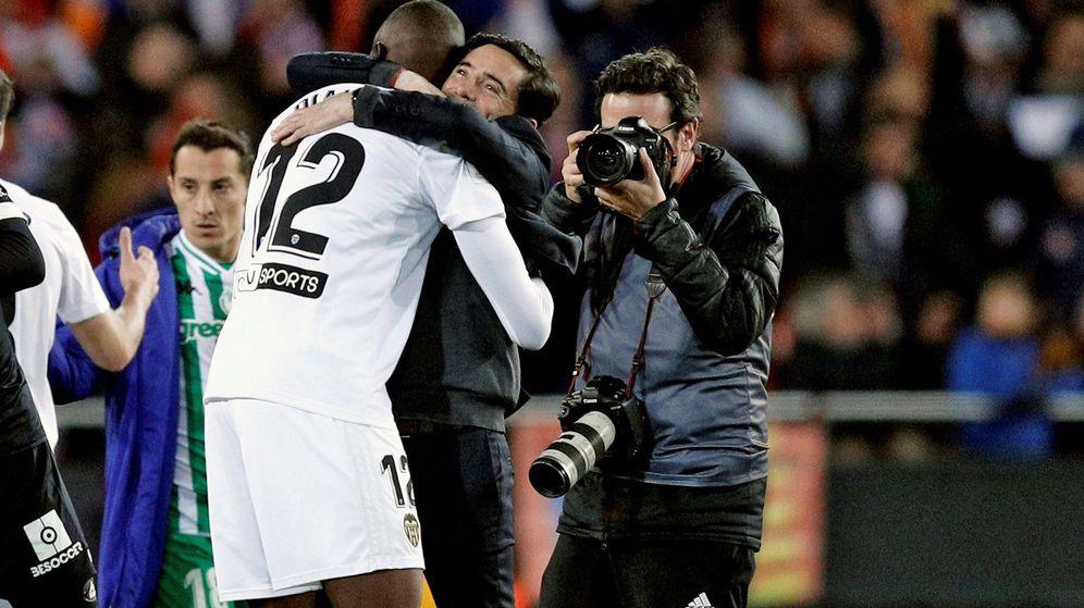 Foto: Marcelino abraza a Diakhaby en el partido contra el Betis. (EFE)