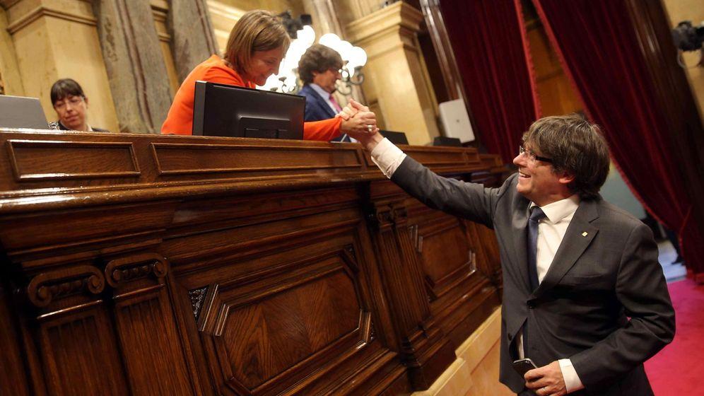 Foto:  El presidente de la Generalitat Carles Puigdemont, saluda a la presidenta del Parlament Carme Forcadell tras la aprobación de la Ley de Transitoriedad. (EFE)