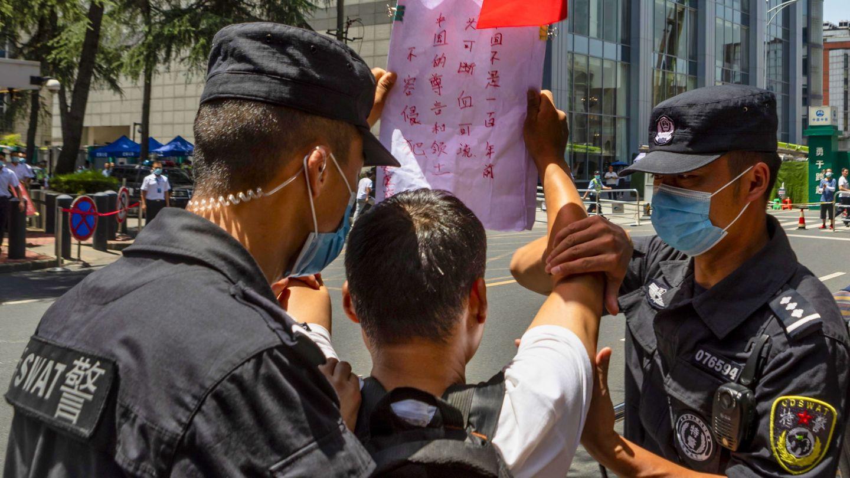 Detención de un manifestante que gritaba consignas a favor de China frente al edificio del consulado de EEUU en Chengdu (EFE)