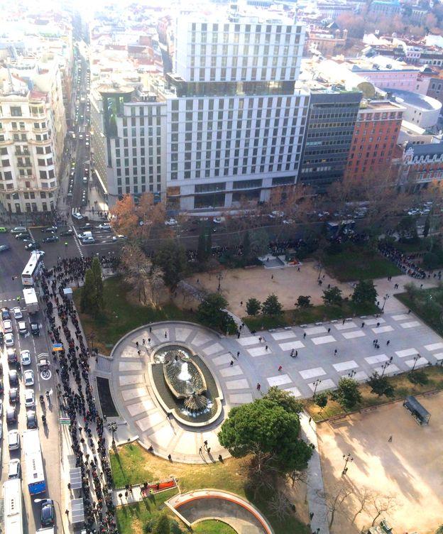 Foto: Vista aérea de la cola en Plaza de España, junto al gran edificio del hotel. (EC)