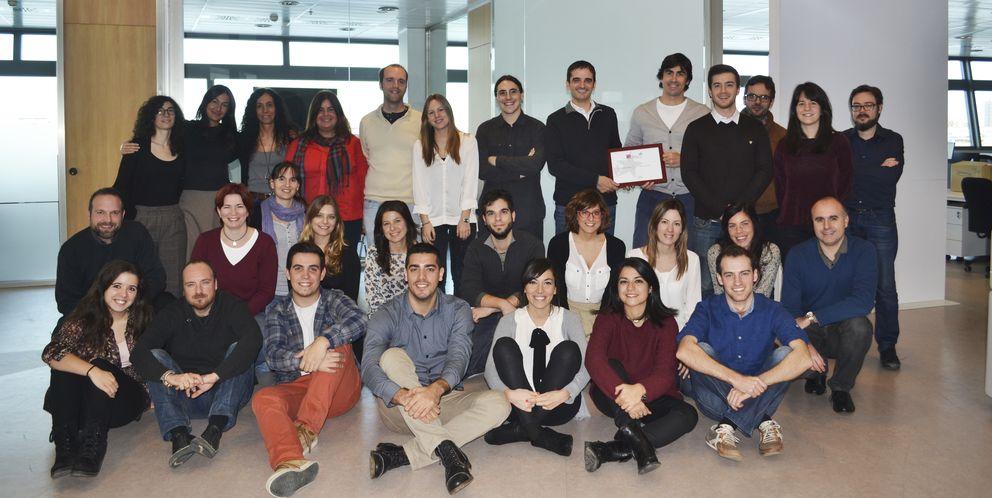 Foto: Los trabajadores de Cyberclick sostienen el premio al mejor lugar para trabajar de 2014.