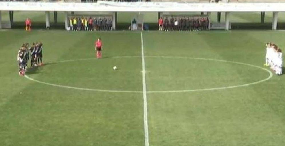 Foto: Momento en que Rayo y Albacete guardan el minuto de silencio ante el enfado de la árbitra.