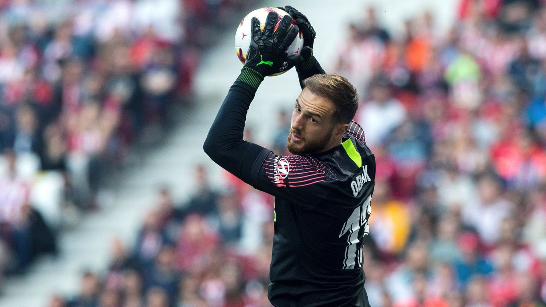 Obkak atrapa un balón en un encuentro de Liga con el Atlético. (EFE)