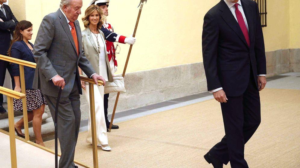 Foto: El rey Felipe VI (d) y el emérito Juan Carlos I momentos antes de presidir la reunión del patronato de la Fundación Cotec el año pasado. (EFE)
