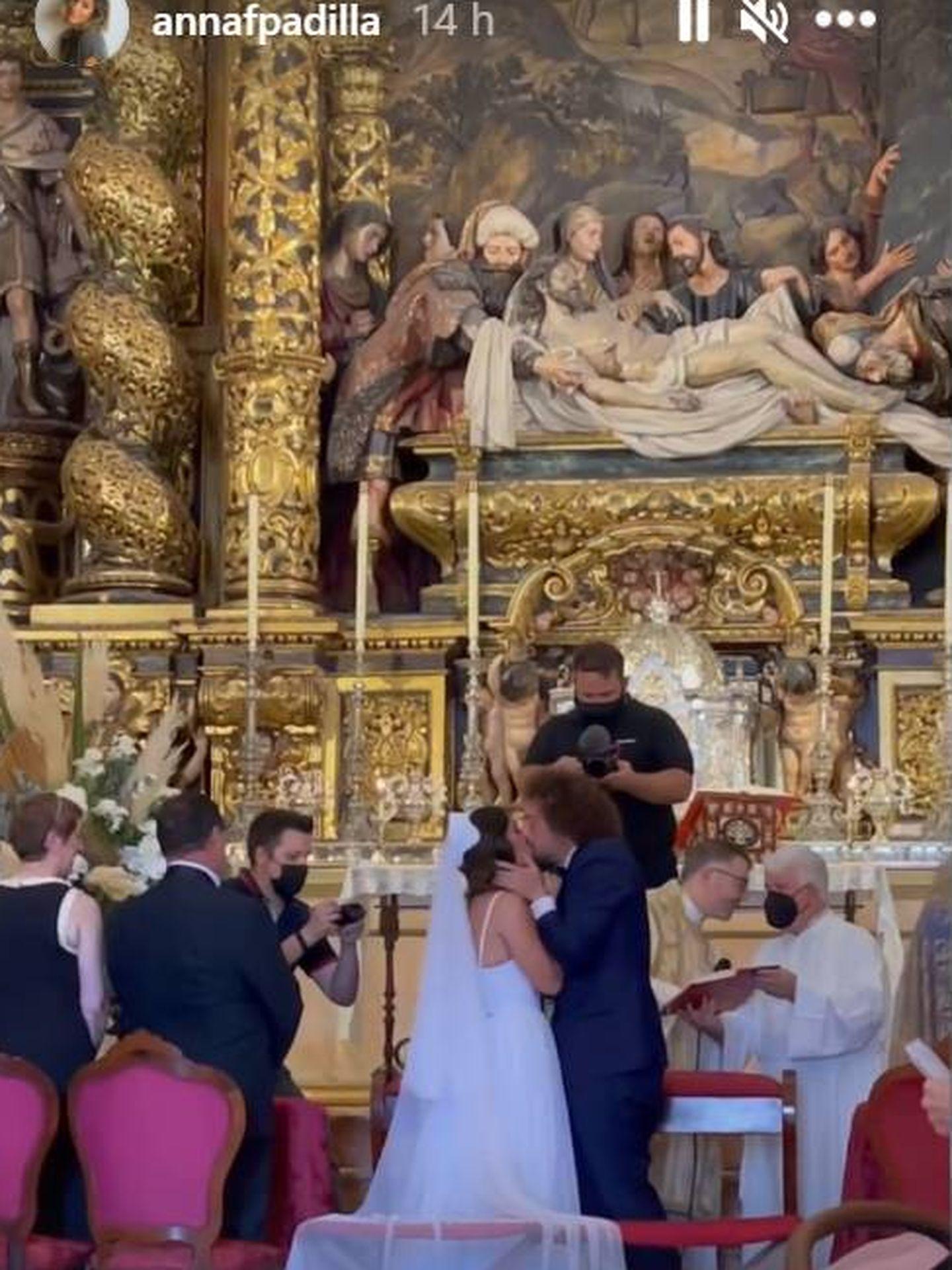 José Antonio León y Rocío Madrid se besan ante el altar. (IG)