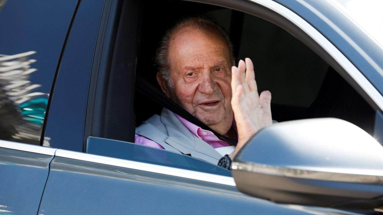 El rey Juan Carlos, recibiendo el alta de una de sus últimas operaciones. (EFE)