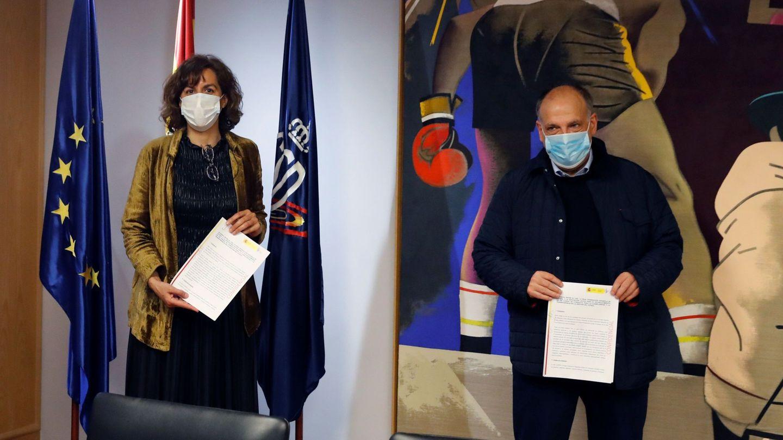La presidenta del Consejo Superior de Deportes (CSD), Irene Lozano, y el presidente de LaLiga, Javier Tebas, durante la firma de un acuerdo para crear un código de buena conducta.