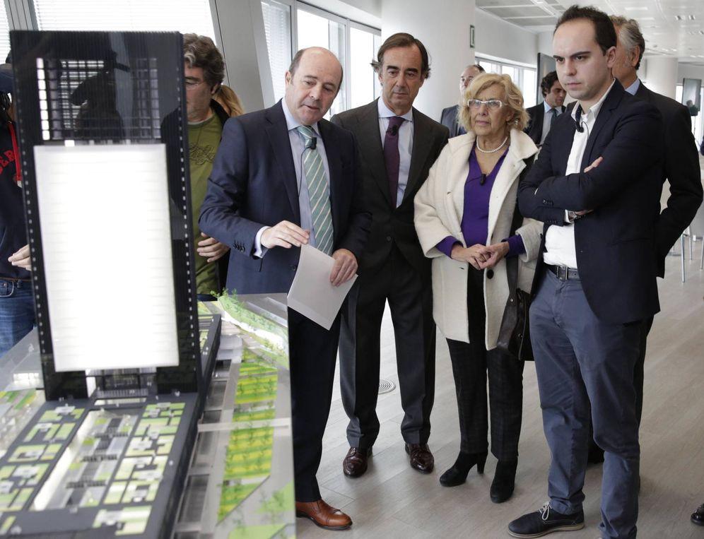 Foto: Manuela Carmena, alcaldesa de Madrid, entre Juan Villar-Mir, presidente de Inmobiliaria Espacio, y José Manuel Calvo, concejal de Desarrollo Urbano Sostenible.