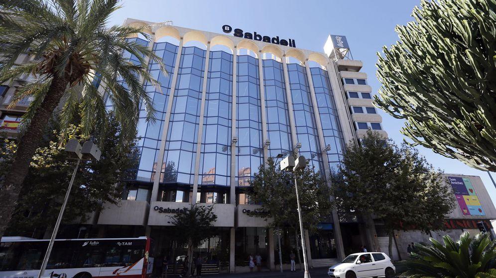Foto: Vista del edificio del Sabadell en Alicante. (EFE)