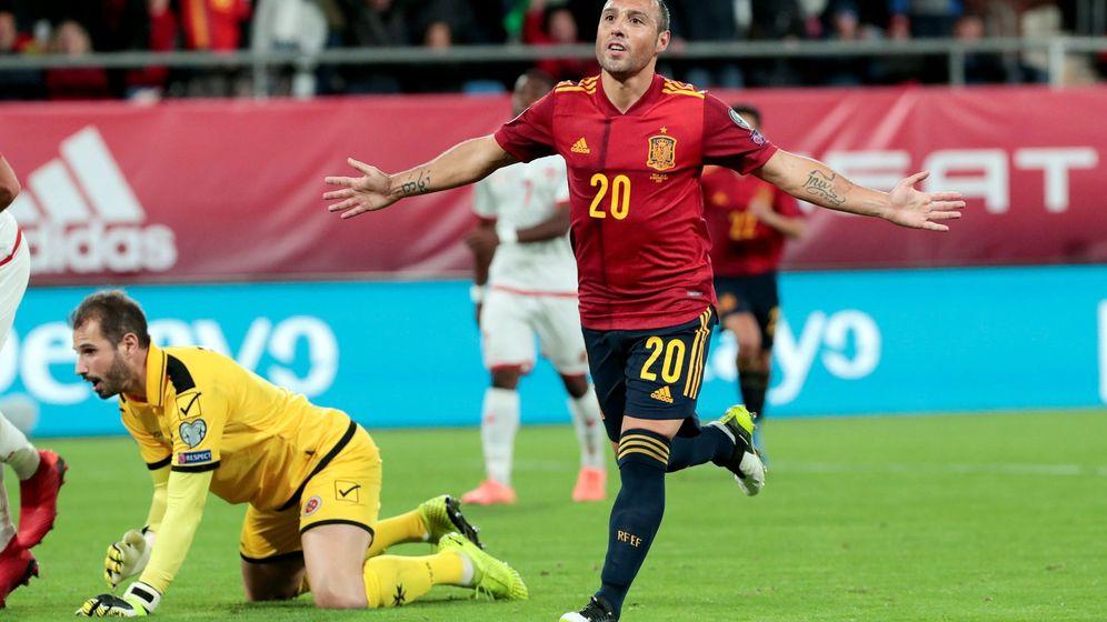 Foto: Santi Cazorla celebra el gol marcado a Malta en el estadio Ramón de Carranza. (Efe)