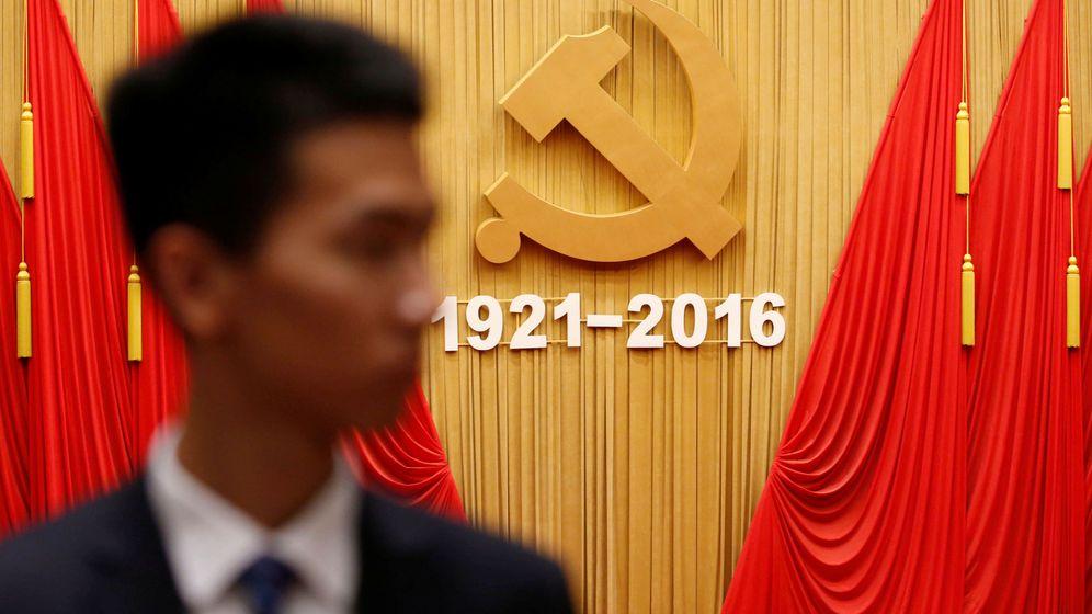 Foto: Un guardia de seguridad frente al emblema del PC Chino durante la celebración del 95º aniversario de la fundación del partido, el 1 de julio de 2016 (Reuters)