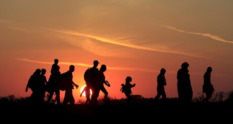 Foto: Una familia de refugiados tras cruzar la frontera de Hungría cerca de Roszke, el 30 de agosto de 2015 (Reuters).