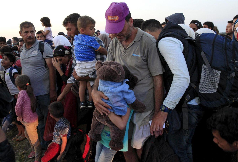 Foto: Refugiados sirios tras cruzar la frontera entre Serbia y Hungría cerca de Roszke, el 27 de agosto de 2015. (Reuters)