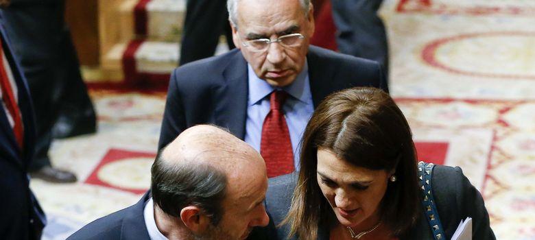 Foto: El líder del PSOE LAfredo Pérez Rubalcaba (i) conversa con la portavoz en el Congreso del partido, Soraya Rodríguez