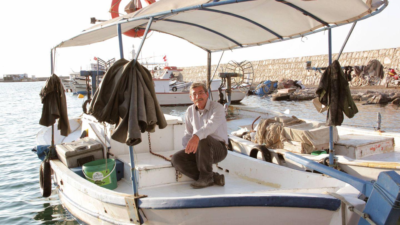 Feyzullah Aldirma, en su bote, después de una jornada de pesca. (P. Cebrián)