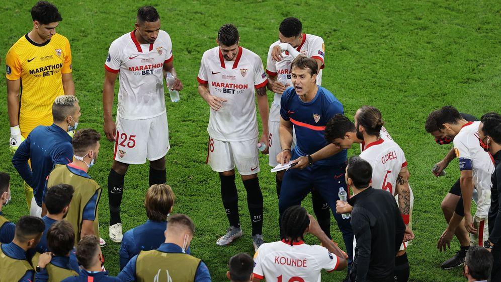 Foto: Julen Lopetegui habla con sus jugadores en el Puskas Arena de Budapest. (REUTERS)