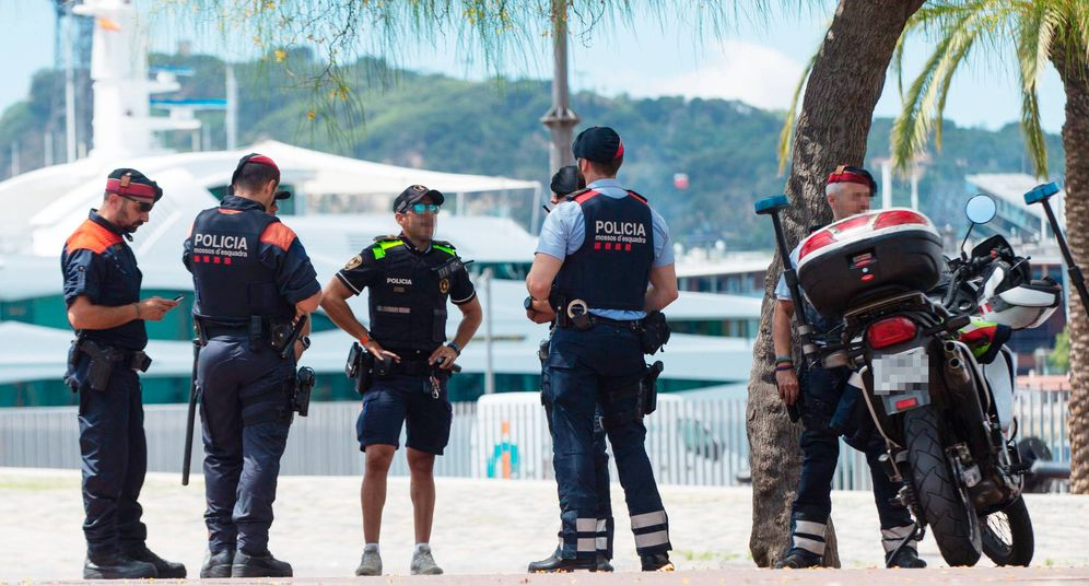 Foto: Guardia Urbana, Mossos y Policía Portuaria se despliegan en Barcelona contra los manteros. (EFE)